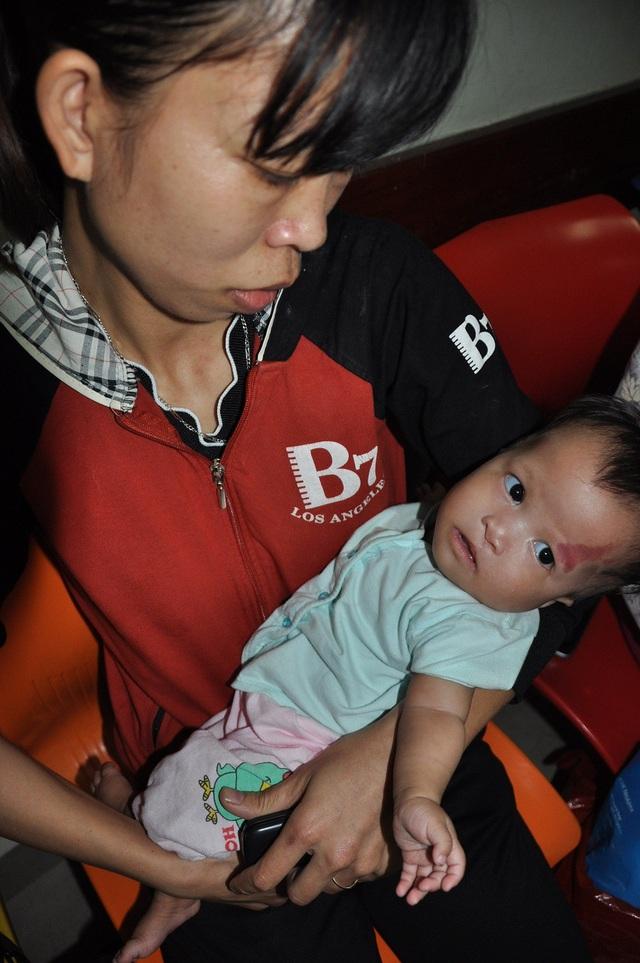 Cô bé liên tục bị khó thở, viêm phổi kéo dài nên đi viện cấp cứu.