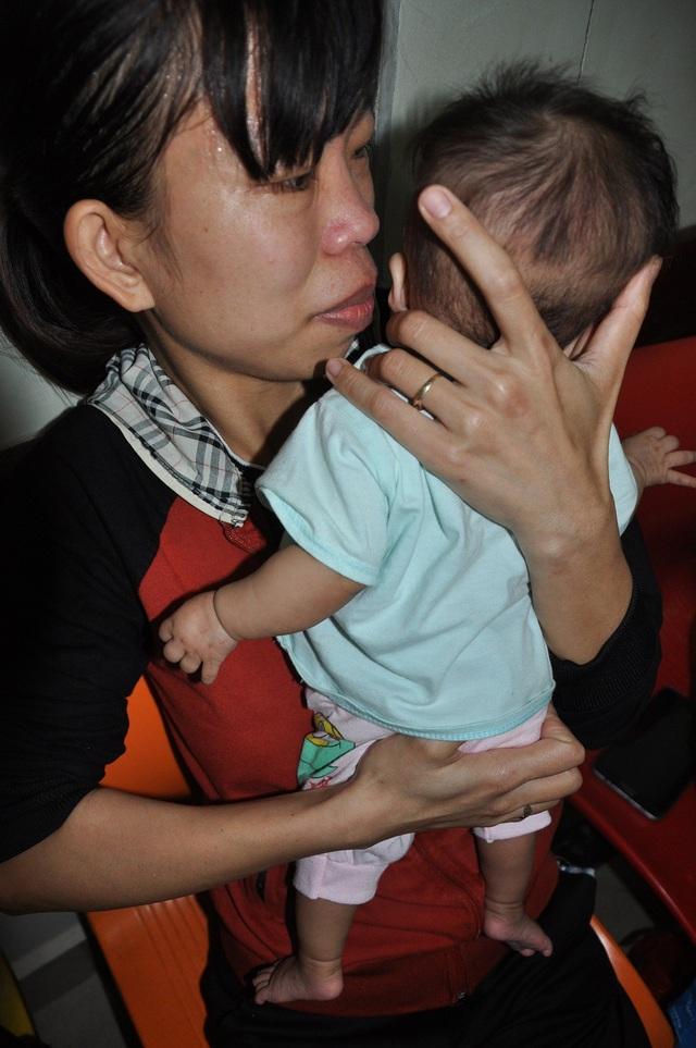 7 tháng tuổi nhưng Yến Chi mới vẻn vẹn 4kg nên người như 1 con nhái bén.