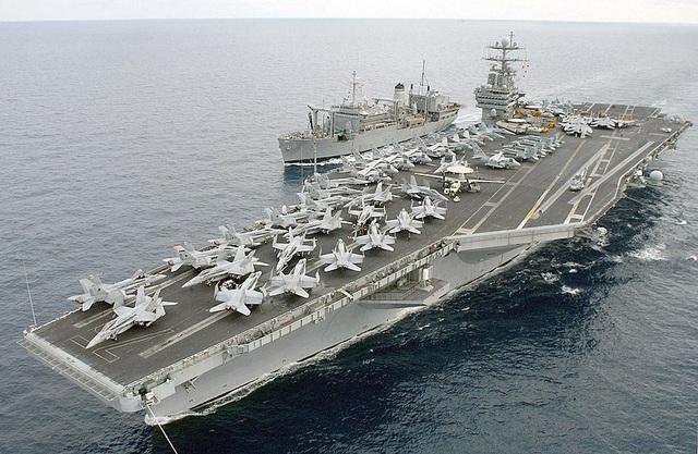 Sau sự rời đi của tàu sân bay USS Theodore Roosevelt, Mỹ ngày 11/4 đã điều nhóm tác chiến tàu sân bay USS Harry S. Truman cùng các tàu tuần dương USS Normandy và các tàu USS Arleigh Burke, USS Bulkeley, USS Forrest Sherman, USS Farragut tới làm nhiệm vụ gần Trung Đông. Tàu USS Harry S.Truman có chiều dài 332,8 m, chiều rộng lớn nhất 76,8 m, lượng giãn nước gần 104.000 tấn. USS Harry S.Truman có thể mang khoảng 90 máy bay chiến đấu, trong đó chủ lực trên tàu sân bay này là F/A-18E/F Super Hornet. (Ảnh: Wikipedia)