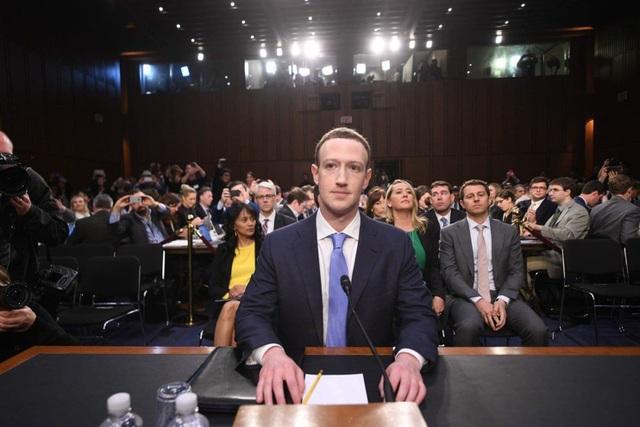 Phiên điều trần đầu tiên dành cho ông chủ mạng xã hội Facebook kéo dài hơn 5 tiếng, có sự tham gia của nhiều quan chức và đại diện của Ủy ban Thương mại và Tư pháp Hoa Kỳ, cùng nhiều hãng thông tấn lớn.