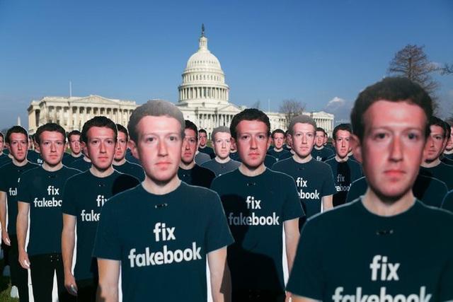 Phía ngoài nơi diễn ra buổi điều trần, các nhóm biểu tình đã dựng hàng loạt poster với hình của Mark Zuckerberg cùng dòng chữ Fix Facebook nhằm nhấn mạnh tính chất nghiêm trọng mà các bê bối gần đây mang lại.