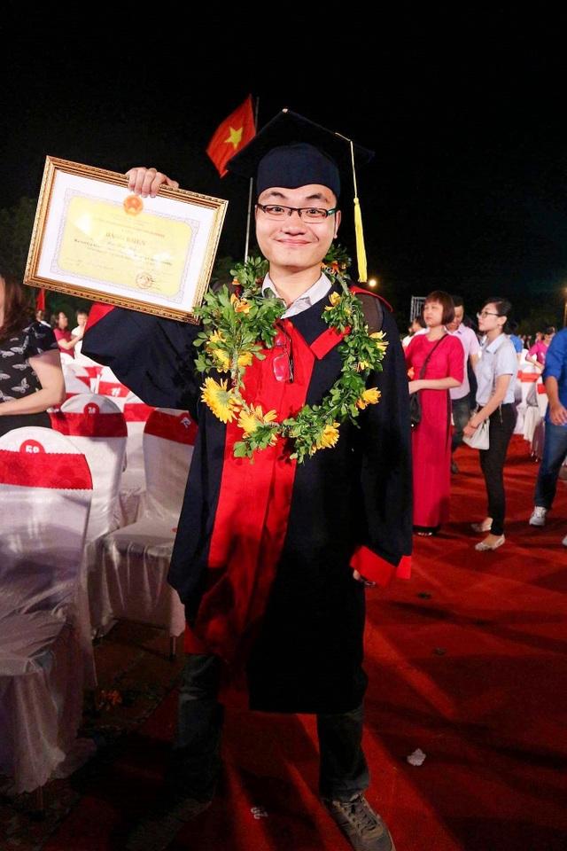 Minh Thắng nhận bằng khen tại Lễ biểu dương Học sinh - Sinh viên xuất sắc của thành phố Hải Phòng năm 2017.