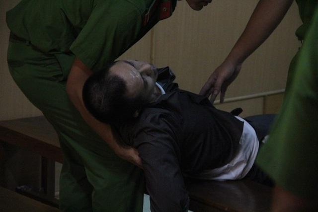 Bị cáo Cao Hồng Phúc ngất xỉu khi nghe tòa tuyên tử hình.