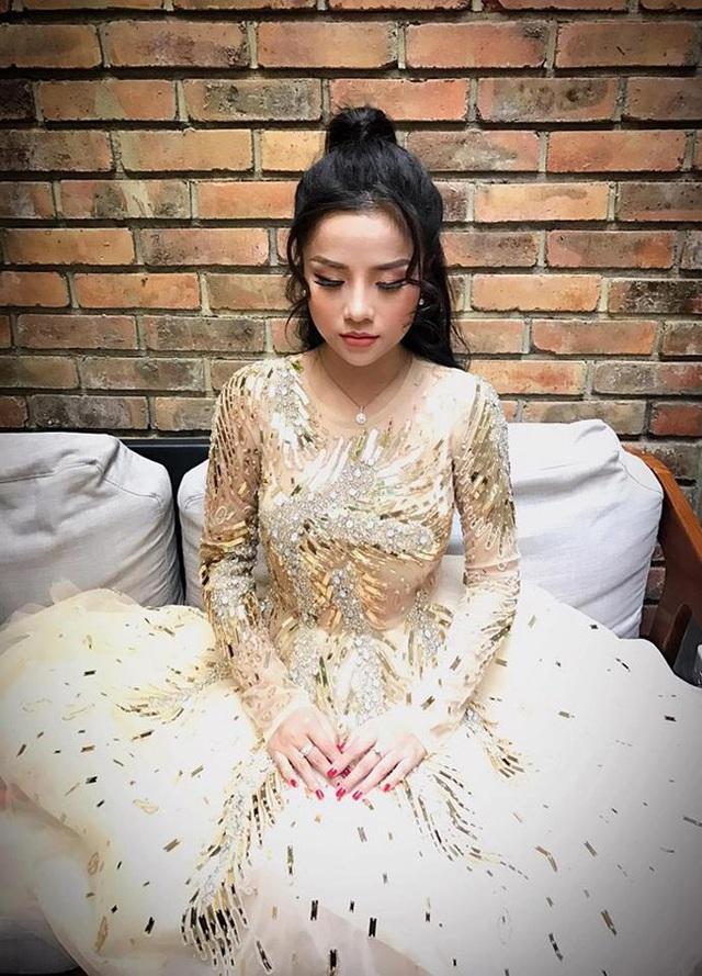 Với giọng hát ngọt ngào, cô từng thử sức trong cuộc thi The Voice 2014 và được Mỹ Tâm lựa chọn.