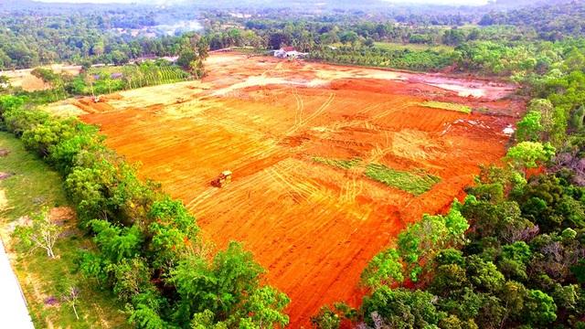 Một khu đất nông nghiệp rộng hàng chục nghìn m2 tại xã Cửa Dương đang được san lấp mặt bằng.