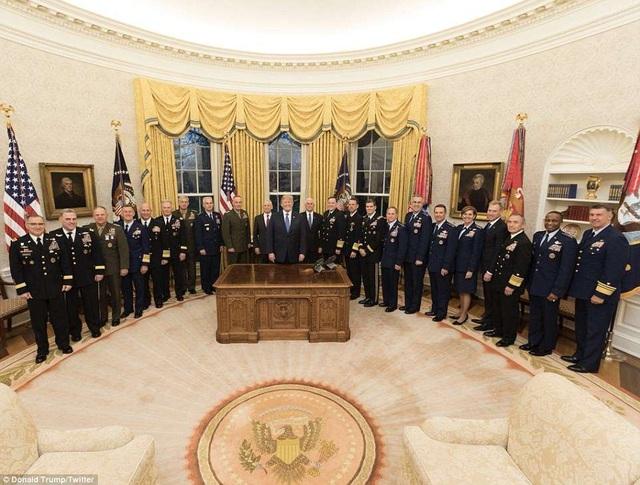 Ông Trump đăng tải bức ảnh ông chụp cùng 19 tướng lĩnh. (Ảnh: Twitter)