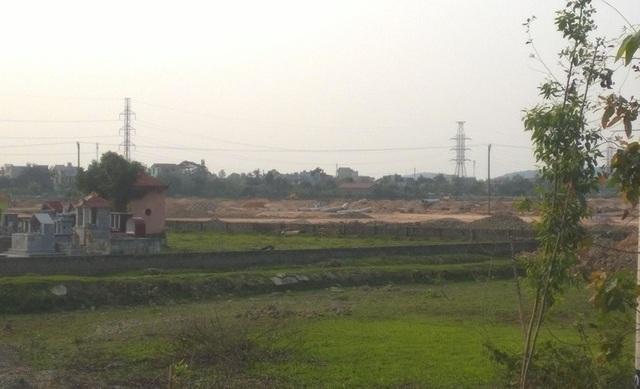 Đường dây điện cao thế chưa được di chuyển khi triển khai thi công dự án gây mất an toàn lao động.