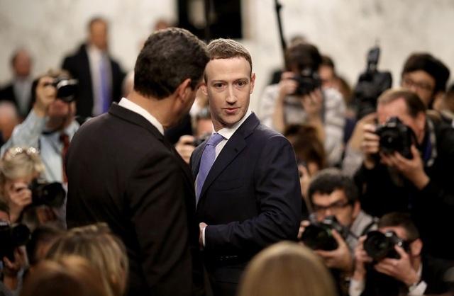 Mark Zuckerberg thường trả lời những câu hỏi hóc búa sau giờ nghỉ ngắn khi ông nhận được sự tham vấn từ các chuyên gia của mình.