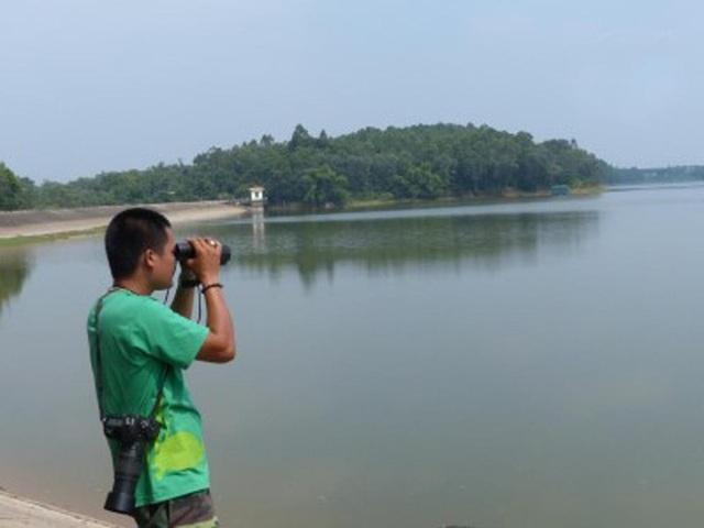 Anh Nguyễn Tài Thắng, cán bộ ATP/IMC tiến hành điều tra quan sát tại hồ Xuân Khanh, Việt Nam. Ảnh: Nguyễn Văn Trọng - ATP/IMC.