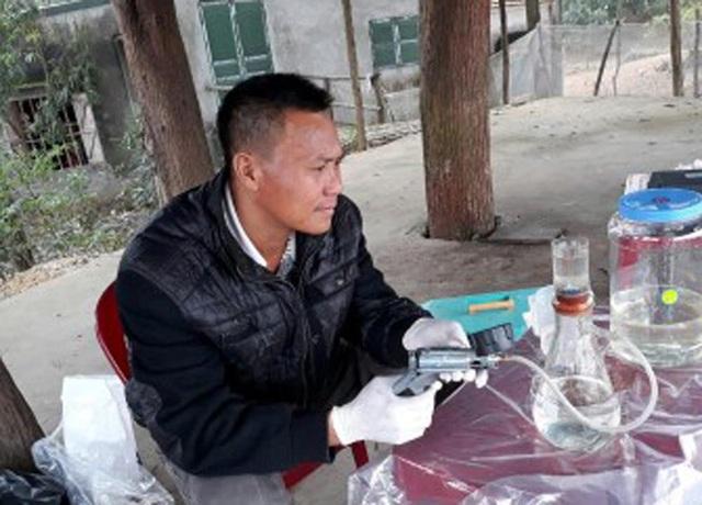 Anh Nguyễn Văn Trọng, cán bộ ATP/IMC, đang tiến hành lọc mẫu nước tại hồ để chuẩn bị cho phân tích gen môi trường. Ảnh: Nguyễn Tài Thắng – ATP/IMC.