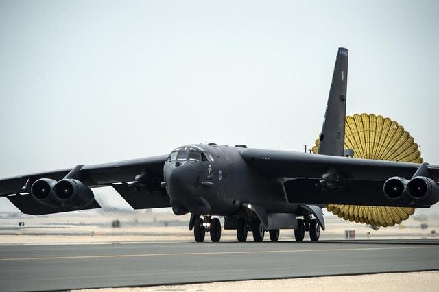 Tại căn cứ Al Udeid, Qatar, Mỹ đang triển khai máy bay ném bom B-52 Stratofortress. Quân đội Mỹ vẫn tin dùng B-52 dù là máy bay đời cũ. Loại máy bay này đã thực hiện nhiều cuộc tấn công ở khu vực Trung Đông. (Video: Không quân Mỹ)