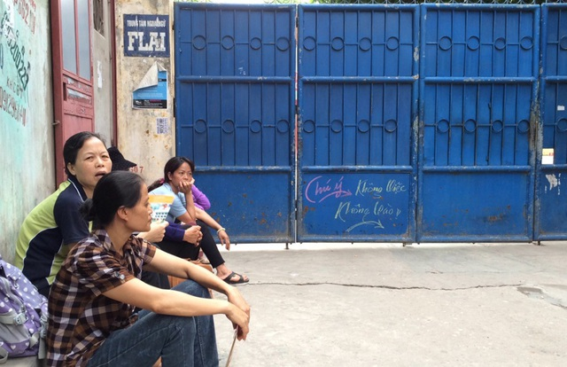 Phụ huynh chờ con trong kì thi tuyển sinh vào lớp 10 THPT tại Hà Nội (Ảnh: Mỹ Hà)