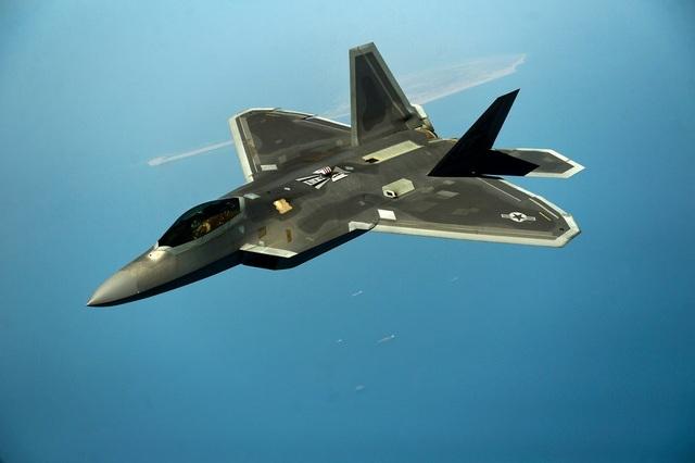 """Máy bay tàng hình F-22 là một trong những khí tài tiêu biểu Mỹ đang triển khai ở khu vực. F-22 có thể hoạt động tốt trong vùng không phận dày đặc hệ thống phòng thủ của đối phương. Ngoài ra, hệ thống vũ khí và tên lửa trên """"chim sắt"""" này như tên lửa không đối không AIM-9X. (Ảnh: Quân đội Mỹ)"""