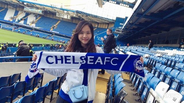 Khánh Linh có mặt tại trận đấu giữa Chelsea 3-1 Arsenal trên sân Stamford Bridge mùa 2016 – 2017