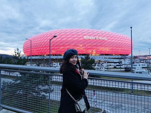 Linh tại sân Allianz Arena (sân nhà của Bayern Munich - Đức)