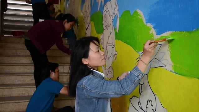 Các thầy cô giáo hoàn thiện những bức tranh tường sinh động tại trường Tiểu học Chánh Lộ