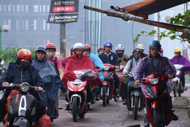 Trên hướng đi Tố Hữu - Trung Văn, nhiều xe máy đi ngược chiều, đi lên vỉa hè đoạn ngã ba Văn Khê - Tố Hữu.
