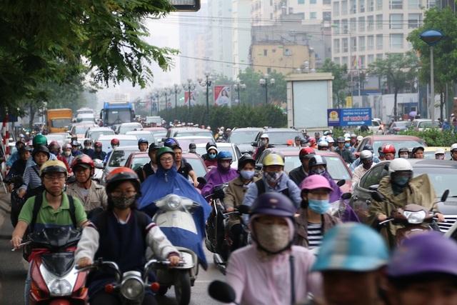 Sáng 12/4, mưa phùn và sương mù dày đặc xuất hiện ở Hà Nội ảnh hưởng tới giao thông trên nhiều tuyến phố vào giờ cao điểm. Người dân khá vất vả khi lưu thông qua một số điểm nút giao thông.