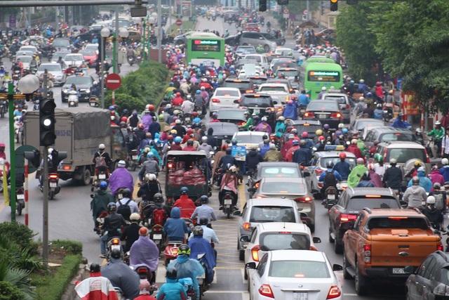 Tuyến đường Láng Hạ - Lê Văn Lương ùn ứ phương tiện trong suốt giờ cao điểm buổi sáng.