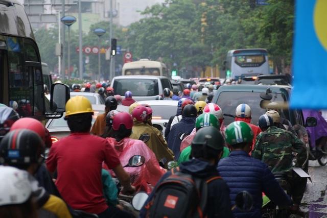 Hầu hết ở các nút giao thông trọng điểm đều xảy ra ùn tắc, cả ô tô và xe máy phải đợi vài nhịp đèn tín hiệu mới có thể di chuyển.