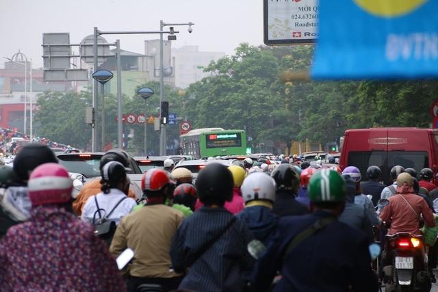 Một chiếc xe buýt nhanh BRT gần như không thể di chuyển giữa hàng trăm phương tiện ùn ứ.