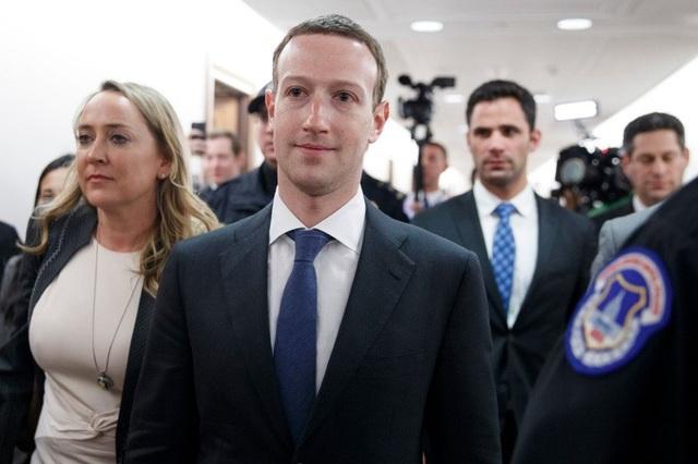 Mark Zuckerberg được các nhân viên bảo vệ hộ tống trong phiên điều trần với Hạ viện Mỹ.