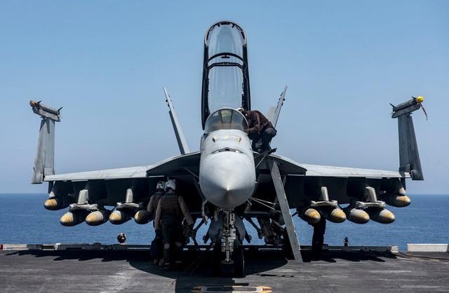 F/A-18E/F Super Hornet được coi là một trong những vũ khí tấn công đáng sợ nhất mà Mỹ đang sở hữu. Nó được trang bị các vũ khí tối tân và hiện đại như tên lửa không đối không tầm trung AIM-120 AMRAAM, bom dẫn đường laser Paveway, tên lửa chống bức xạ AGM-88 Harm, đạn tấn công ngoài tầm phòng không điểm AGM-154, AGM-158. Thủy thủ đoàn trên tàu sân bay có thể triển khai một chiếc F/A-18E/F mỗi 2 phút 1 lần. Trong một lần triển khai, nó có thể thực hiện hàng loạt các nhiệm vụ. (Ảnh: Hải quân Mỹ)