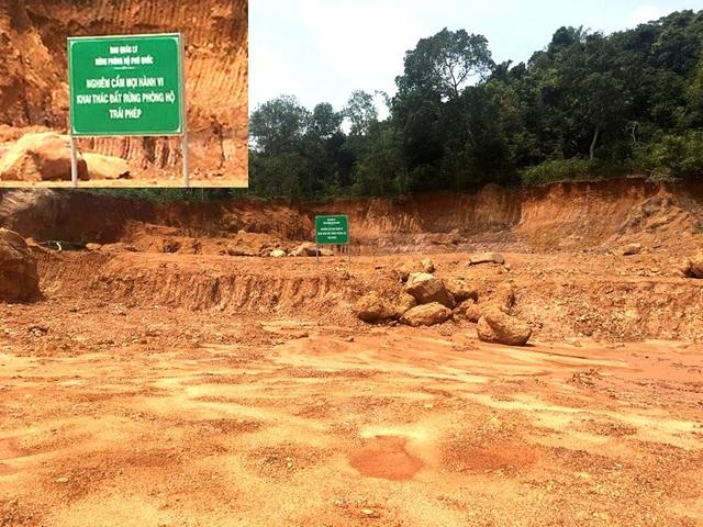 Ngay tại nơi cắm tấm biển cảnh báo Nghiêm cấm mọi hành vi khai thác đất rừng phòng hộ trái phép thì đất đá xung quanh cũng bị đào bới, chở đi.