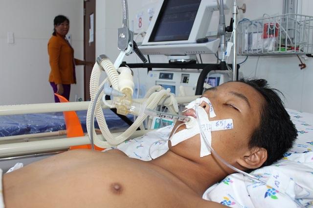 Người mẹ đau đớn rời phòng bệnh trong nước mắt, nỗi sợ mất con của chị đang cận kề