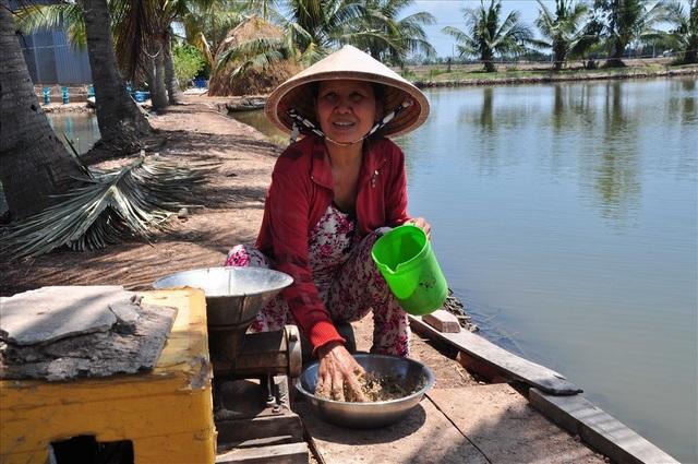 Bà Chanh bên chiếc máy làm thức ăn cho tôm.