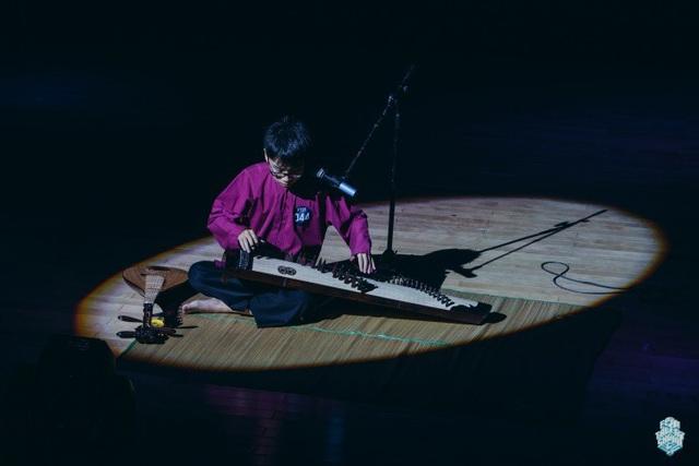 Quốc Đạt đã thể hiện tài năng chơi nhạc cụ dân tộc trong nhiều cuộc thi và chương trình nghệ thuật