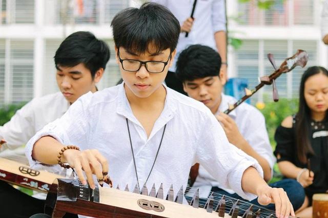 Ngoài giờ học, Đạt tự tìm hiểu cách chơi các loại đàn truyền thống khác và nhờ thầy cô bộ môn Nhạc cụ dân tộc tại ĐH FPT hướng dẫn thêm.