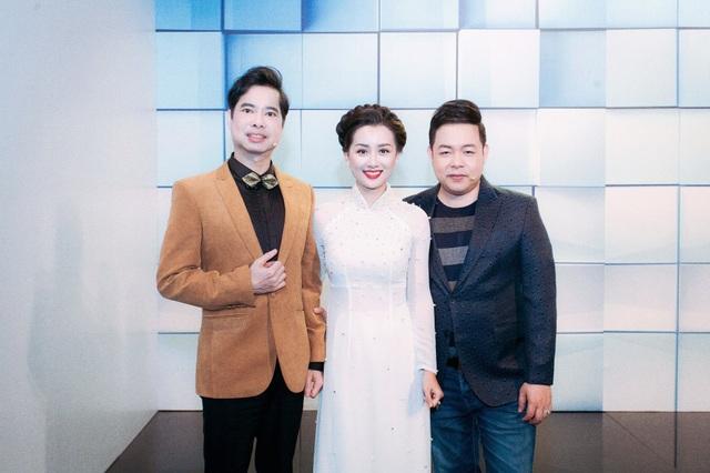 Thú thực, tôi gặp rất nhiều áp lực trong ngày đầu ghi hình bởi 3 HLV đều là nghệ sĩ nổi tiếng và cả ba đều chưa biết về tôi nhiều, Quỳnh Chi chia sẻ.