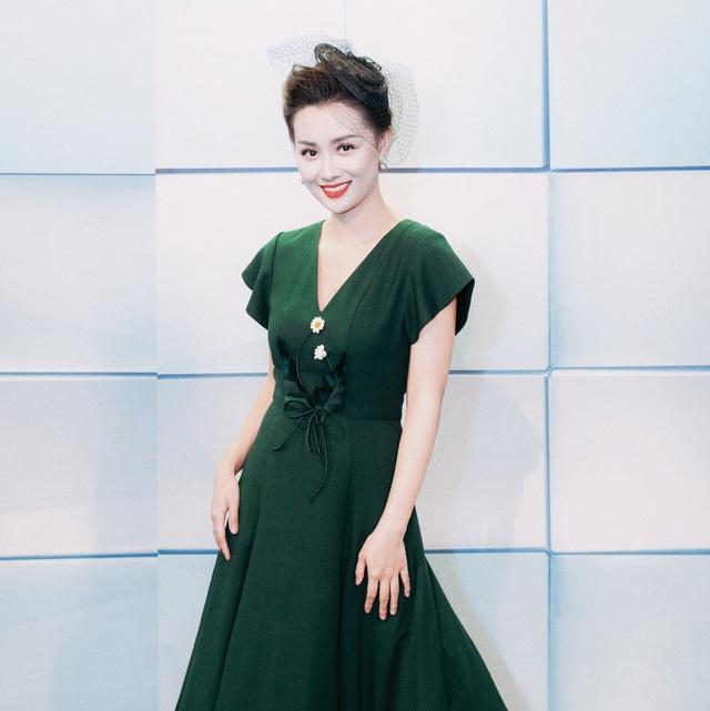 Từ một MC/BTV Thể thao của VTV, Quỳnh Chi đã lấn sân sang dẫn các gameshow giải trí trong hai năm qua và nhanh chóng được đảm nhận những chương trình lớn như The Remix, The Voice, The Voice Kids và mới đây là Thần tượng Bolero.
