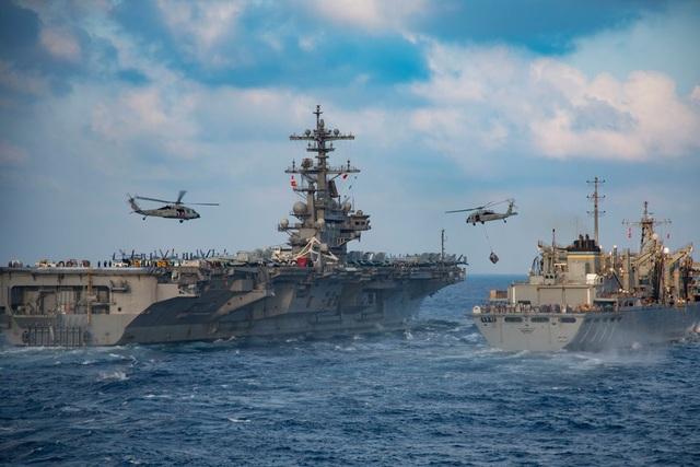 Ngoài tàu sân bay, các tàu tuần dương và các tàu khu trục sẽ có nhiệm vụ vận chuyển đồ tiếp tế, cũng như hình thành một cụm tàu bọc lót nhằm bảo vệ tàu sân bay. Mỗi tàu tuần dương được trang bị hàng chục tên lửa hành trình. Trong ảnh: Trực thăng MH-60S Seahawk chuyển đồ tiếp tế từ tàu USNS Supply sang tàu sân bay USS George H.W. Bush. (Ảnh: Hải quân Mỹ)