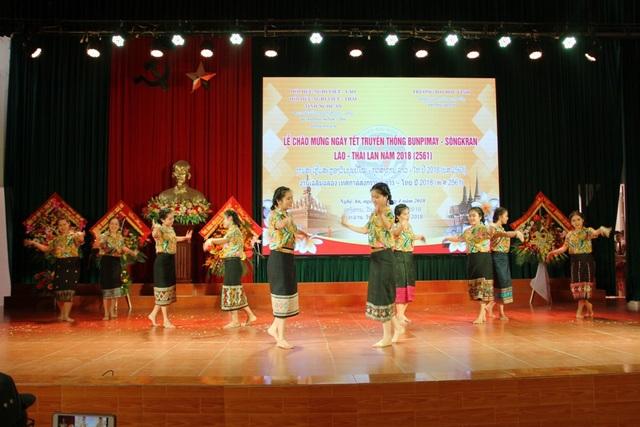 Tiết mục văn nghệ của các em lưu học sinh Lào và Thái Lan.