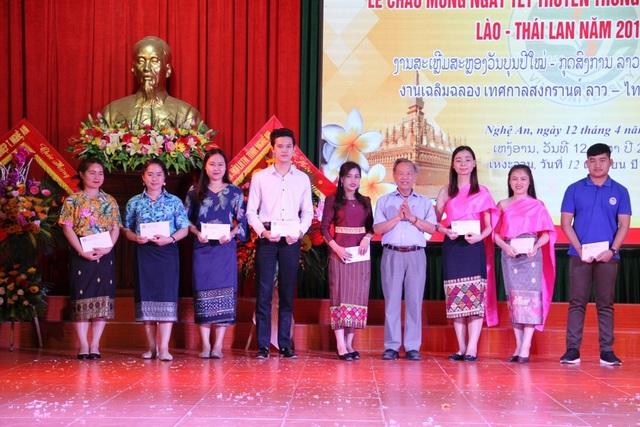 Hội Hữu nghị Việt Nam - Lào tặng học bổng cho các sinh viên có thành tích xuất sắc trong học tập.