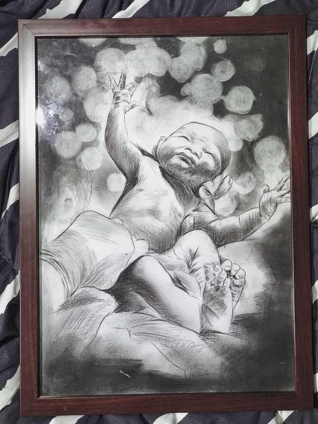 Bác sỹ Quang cho biết, khoảnh khắc các em bé chào đời đều mang lại cho anh những cảm xúc khó quên. Vị bác sỹ 8x thường có thói quen tự mình vẽ lại chân dung các thiên thần đáng yêu này. Trong ảnh là một bức vẽ do chính tay vị bác sỹ trẻ 8x này vẽ