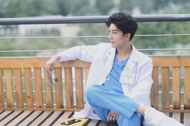 Vị bác sỹ 8x này kể, anh thường xuyên bị bệnh nhân nhầm tưởng là diễn viên và phòng khám được mượn làm bối cảnh trong phim nên nhất định không chịu hợp tác
