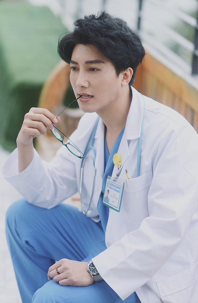 Không chỉ nổi bật bởi vẻ ngoài bác sỹ Vũ Quang còn được nhiều người biết đến, tin tưởng nhờ chuyên môn giỏi, tác phong chuyên nghiệp trong công việc