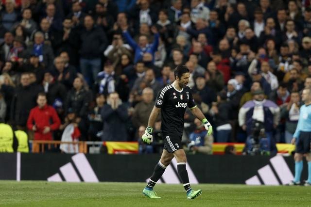 Người cận vệ già lặng lẽ rời khỏi Bernabeu trong những tràng pháo tay không ngớt của CĐV Real Madrid