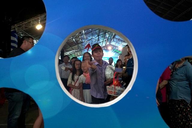 Hàng trăm người tập trung chơi trò phóng máy bay tại gian Tổng công ty Hàng không Việt Nam