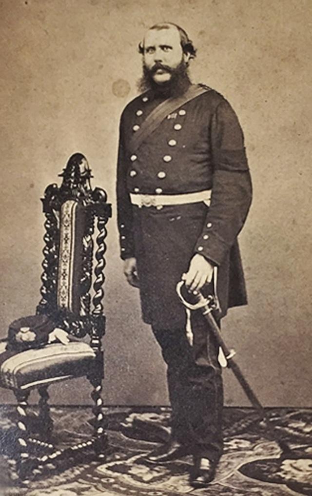 Chân dung Harry Lewis Evans, một chỉ huy thủy quân lục chiến người Anh đã lấy chiếc ấm cổ bằng đồng này khi Di Hòa Viên bị liên quân phương Tây phá hủy trong chiến tranh Nha phiến lần 2