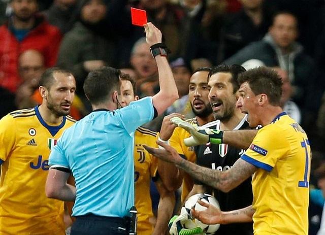 Buffon nhận thẻ đỏ trong trận đấu cuối cùng ở Champions League