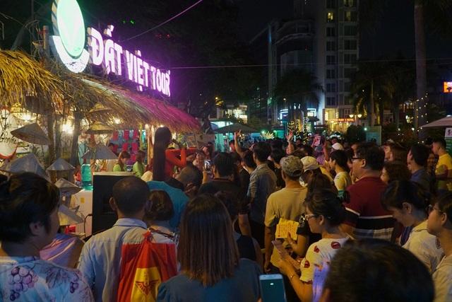 Mấy trăm người tập trung tại Đất Việt Tour để tham gia kêu lô tô