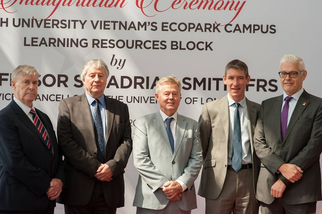 Chuyến thăm của ngài Hiệu trường Đại học London (thứ hai bên trái sang) là lời khẳng định về sự bảo trợ, gắn bó học thuật khăng khít cùng BUV.