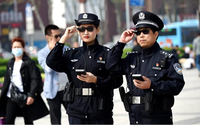 Cảnh sát Trung Quốc dùng kính nhận diện khuôn mặt để xác định nghi phạm.