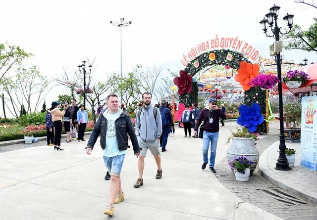 Khách du lịch Châu Âu tham gia lễ hội hoa đỗ quyên tại Sapa, Việt Nam