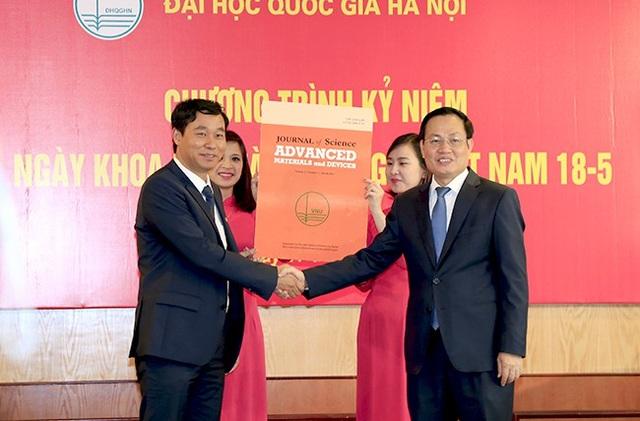 Tổng biên tập Nguyễn Hữu Đức (bên phải)