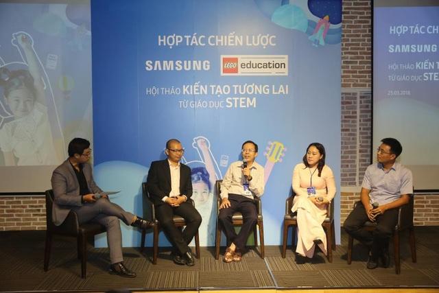 Cô Lâm Hồng Lãm Thúy - Hiệu trường (thứ hai từ phải sang) chia sẻ mô hình các CLB ứng dụng STEM mà trường TH Nguyễn Bỉnh Khiêm (TP.HCM) thực hiện.
